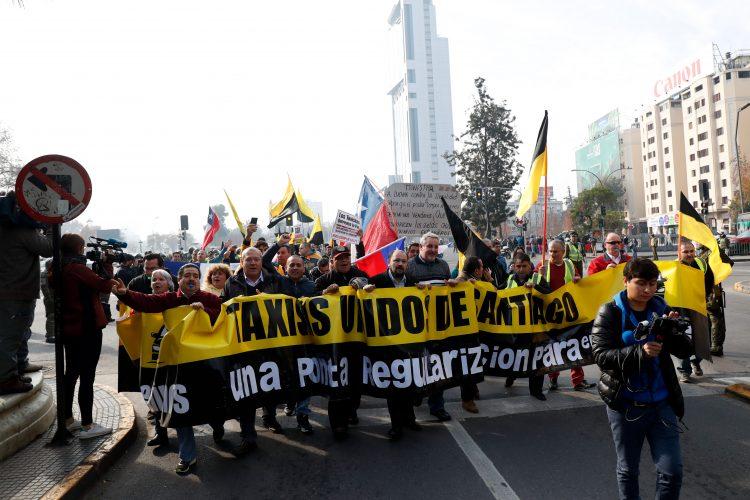 29 de Mayo del 2017/SANTIAGO La Agrupación de Taxistas Unidos realizó esta mañana una marcha a pie por Santiago, que buscó protestar contra Uber y Cabify, desde Plaza Baquedano hasta Los Héroes, a través de la Alameda. Fotografía de Francisco Flores Seguel / Agencia Uno